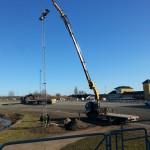 Resning av nya belysningsmaster på Jägersro Travbana