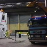 Bil 9 staplar containerbodar inne i en industrihall