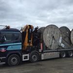 Stora kabeltrummor flyttas av bil 8